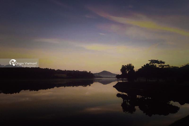 The beauty of Xuan Huong Lake in Da Lat at night