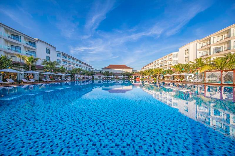 The pool in Vinpearl Resort & Spa Ha Long