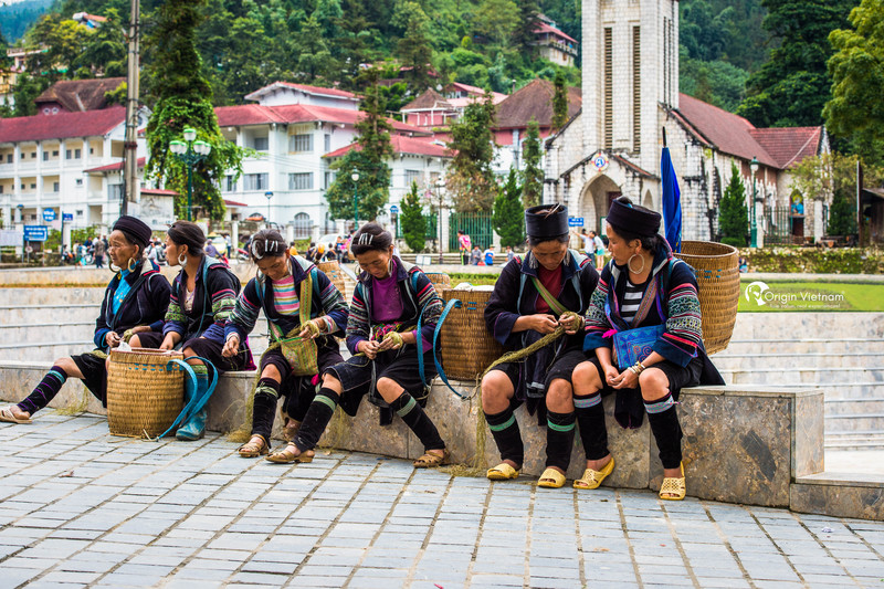 Trekking in Sapa to discover the center church