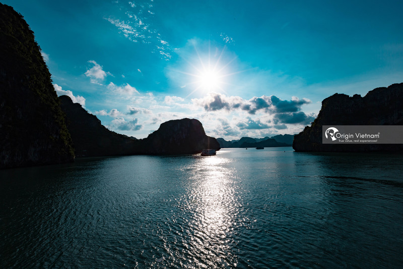 The beauty of Halong Bay at sunset