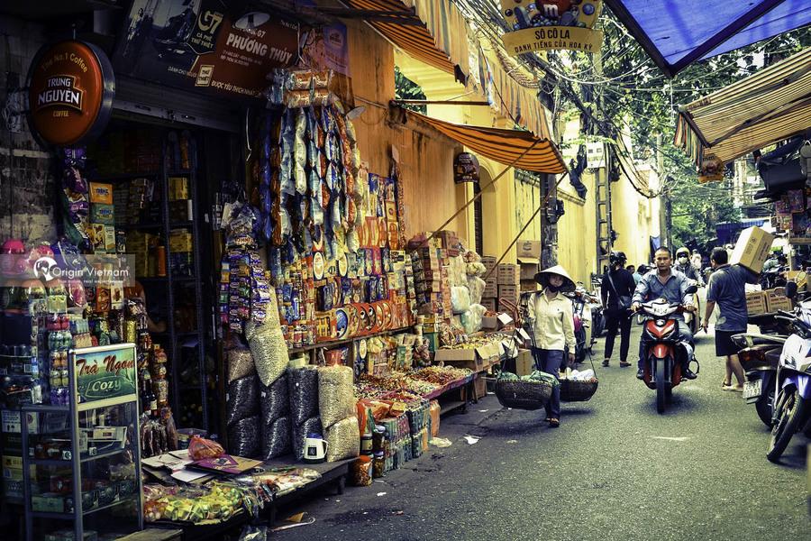 Walking around Dong Xuan Street