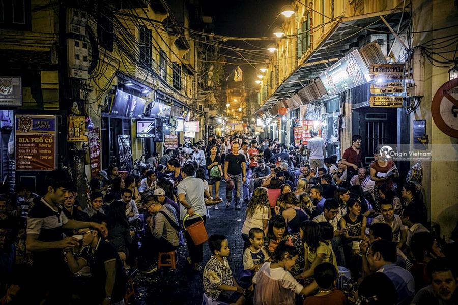 """""""Bia Hoi"""" at Ta Hien street"""