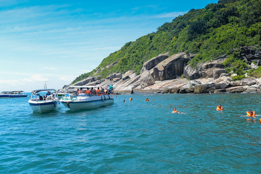 Snorkling in Cham Island