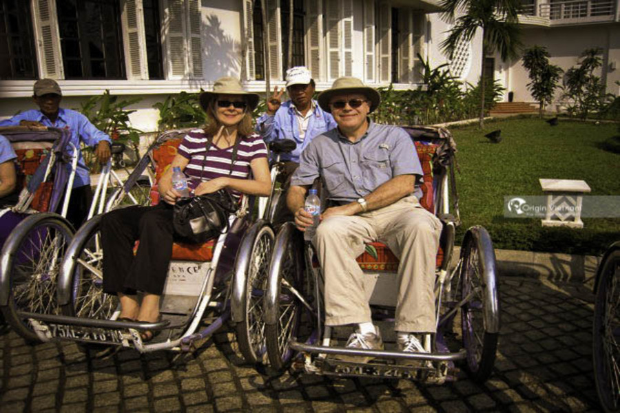 Happiness of tourists when riding cyclo visit Hue city